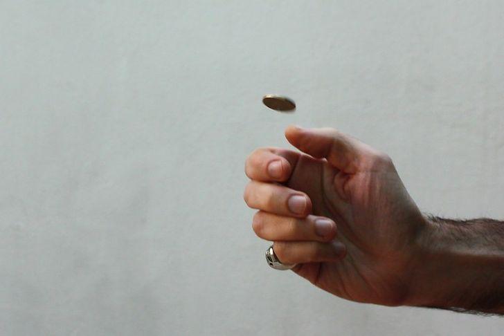 Фото подброшенной монетки