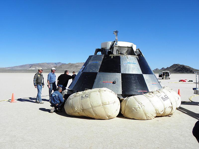 Un módulo de aterrizaje prometedor del vehículo de transporte tripulado CST-100 (EE.