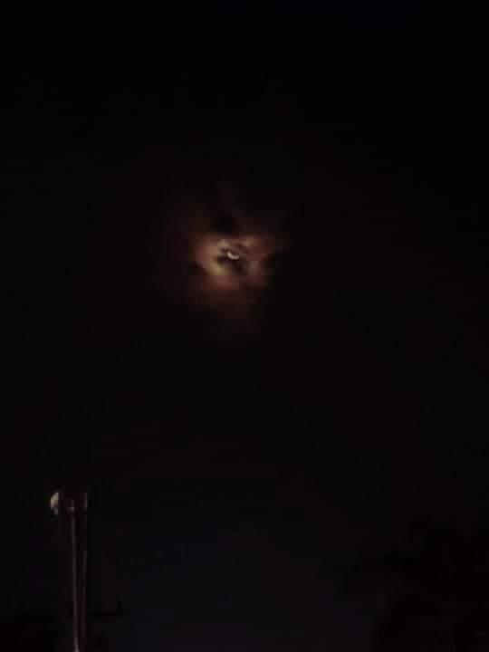 Las nubes y la Luna parecen una cara espeluznanteAutor: u / Tronoid