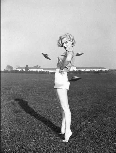"Победительница конкурса ""Мисс НЛО"" 1950 года  Miss UFO, 1950s"