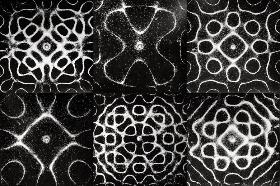 Насыпав песок на колеблющуюся упругую пластинку, можно увидеть формированиефигур Хладни.