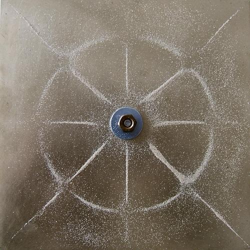 Фигуры Хладни на квадратной пластине, закреплённой в центре, полученные на разных модах колебаний.