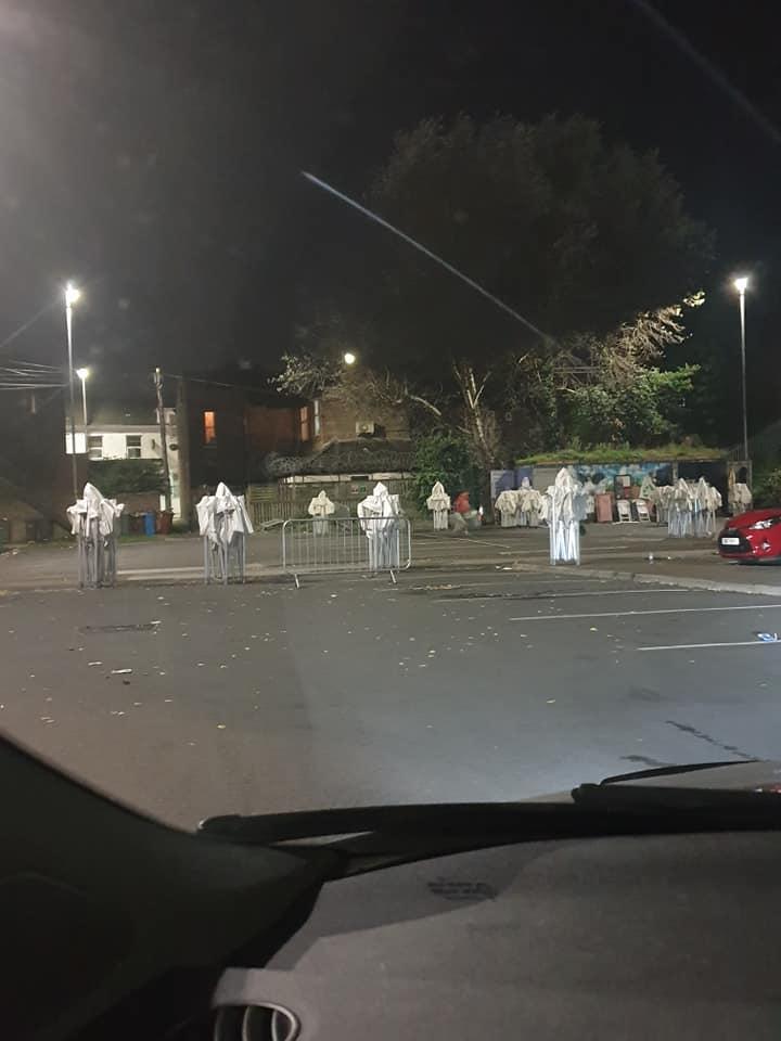 Doblado los toldos en la primera vista parecen un grupo de fantasmas en la carretera Traducido del servicio de «Yandex.Traductor»