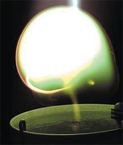 Моделирование шаровой молнии в научной лаборатории. Эксперимент Г. Фуссмана. При съёмке использовались светофильтры.  © Институт физики плазмы Макса Планка (© Max-Planck-Institut für Plasmaphysik- ipp.mpg.de)