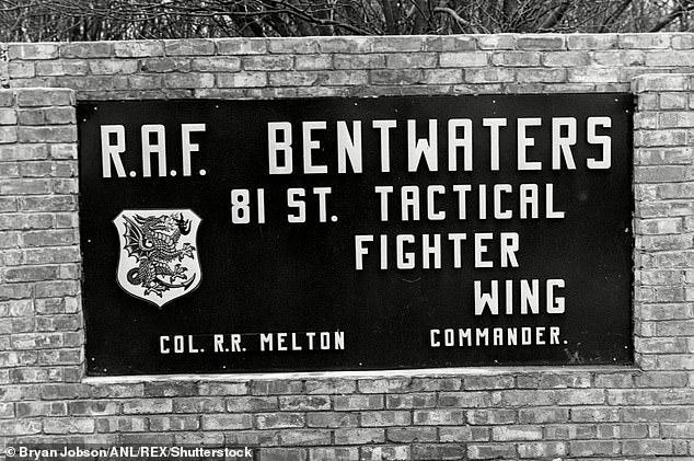 Слухи о странном появлении в лесу распространялись на базах-близнецах в RAF Woodbridge и RAF Bentwaters, недалеко от Ипсвича, которые были разделены с ВВС США.