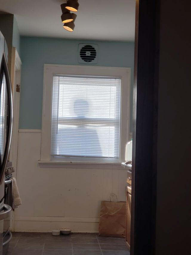 Todas las mañanas, a las 11 (más o menos), la chimenea de mi vecino aparece en la ventana y me asusta.Autor: u / audiocranium