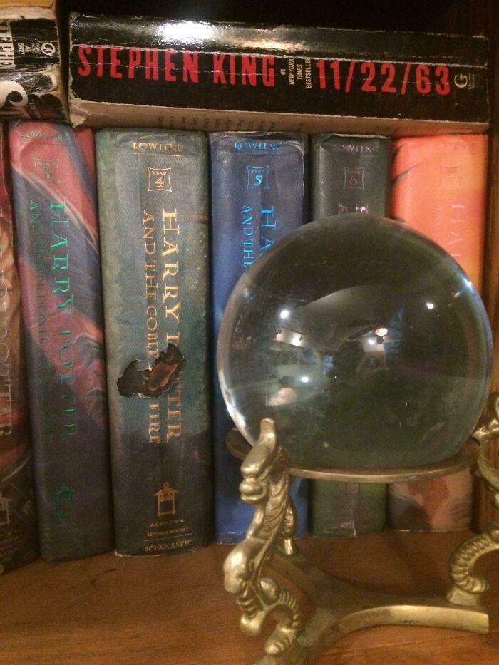 Солнце светилосквозь хрустальный шар и прожгло дыру в одной из книг о Гарри Поттере