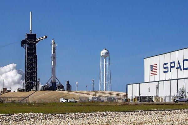 The Falcon 9 launch vehicle is installed on the launch padPhoto from the site twitter.com/spacex