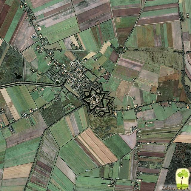 Звездная крепость Буртанж в Нидерландах. Если посмотреть с высоты птичьего полета на замок и близлежащую территорию, то можно отчетливо увидеть звезду.