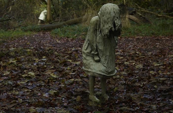 """Скульптор Лора Форд родом из Кардиффа, Уэльс. ПроектWeeping Girlsбыл осуществлен Лорой для шотландского парка развлеченийJupiter Artland- пять скульптур установлены в пяти разных местах парка, среди зарослей и густого кустарника. """"Девочки просят, чтобы их нашли"""", - так звучит общий концепт инсталляции; в голове сразу всплывают сюжетные завязки самых кошмарных японских хорроров."""