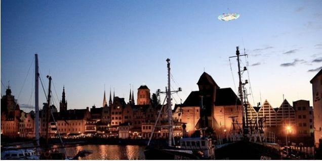 Адрес:Польша, город Гданьск  Дата:29 августа 2008  Автор:Доминик Харрис  Описание:7 метровый алюминиевый НЛО, покрытый 3000 индивидуально контролируемыми Color Kinetics LED узлами, работающими от 6 кВт генератора на борту. Управляется дистанционно через SMS сообщения.