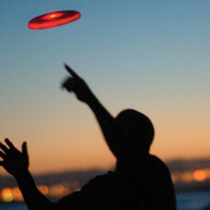 Светящаяся тарелка фрисби Спортивный снаряд, представляющий собой пластиковый диск с загнутыми краями диаметром 12-25 сантиметров. Диск сделан таким образом, чтобы при его полёте создавалась подъёмная сила, что позволяет бросать диски на значительные расстояния и с большой точностью. Существуют модели со светодиодной подсветкой различных цветов.