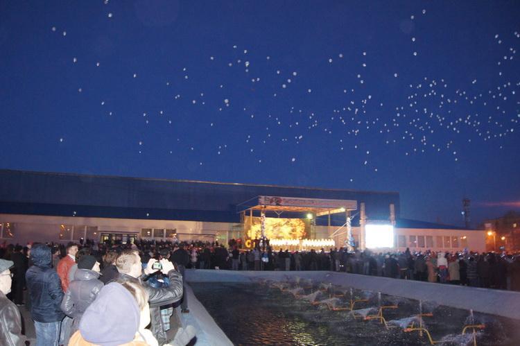 Светящиеся воздушныешары, выпущеные в небо.