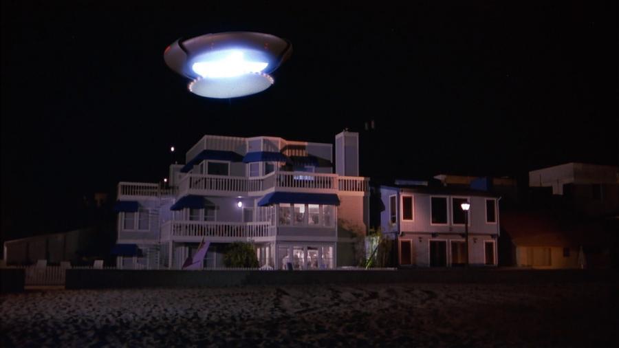 Инопланетный космический корабль над земным зданием