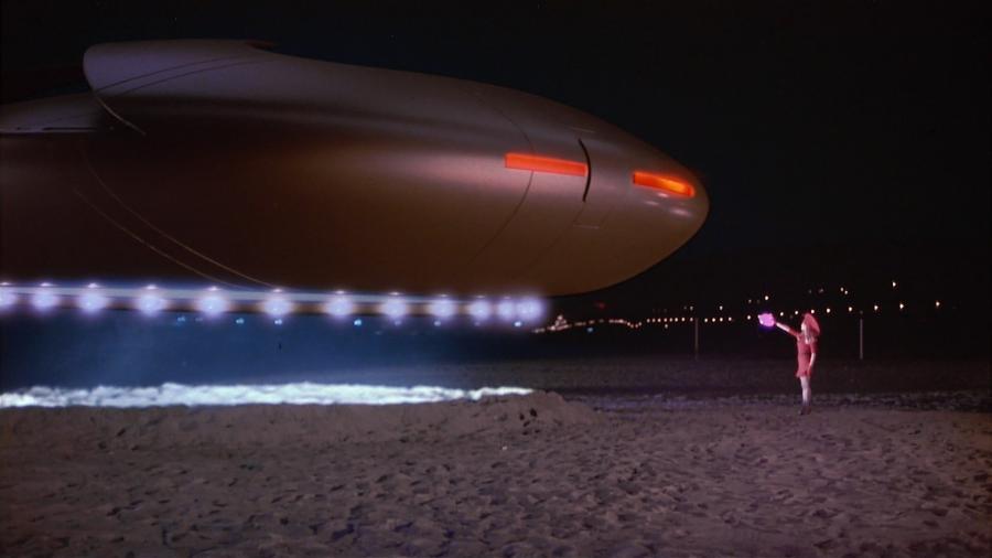 Пришелец управляет космическим кораблем с помощью сумочки