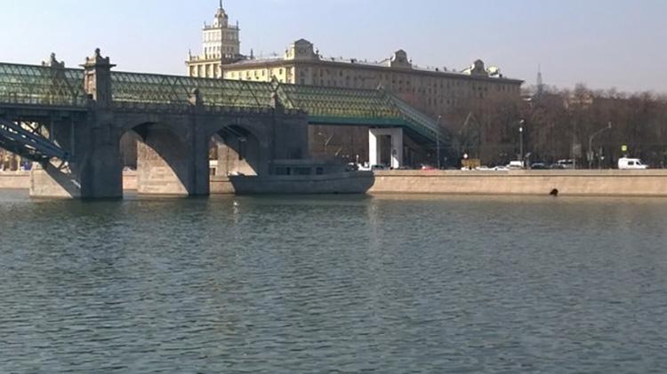 La caída del puente de la sombra de una ilusión nada barco en el río.  Pushkinskaya paseo en moscú. Traducido del servicio de «Yandex.Traductor»