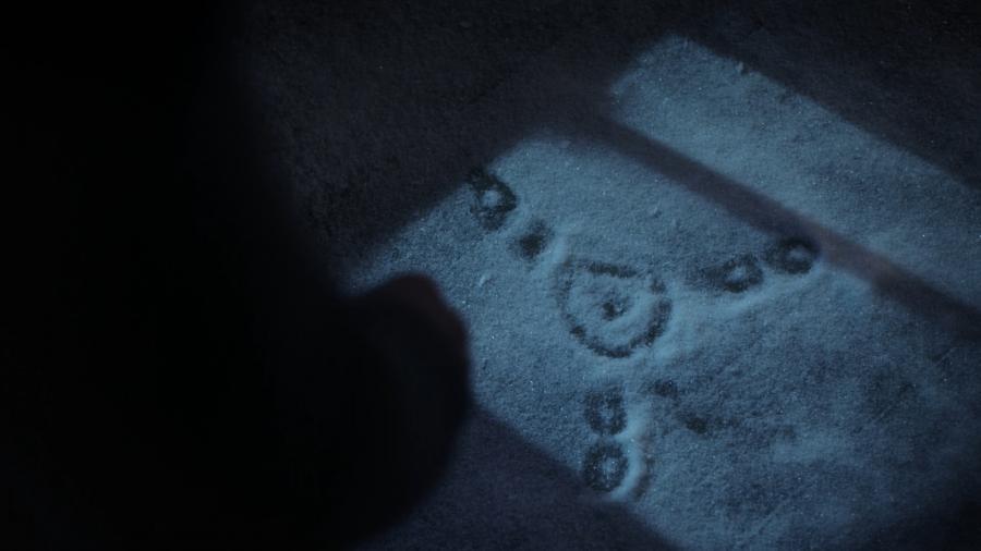 След ступни пришельца на снегу
