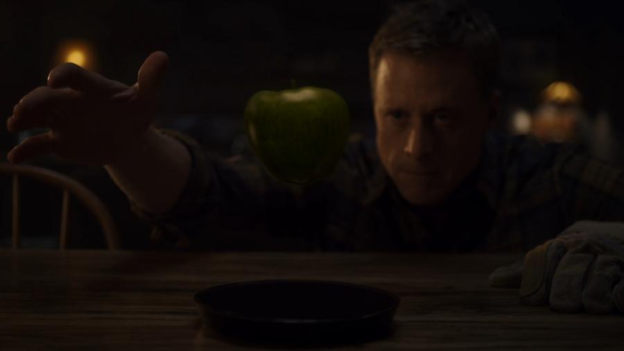 Яблоко левитирует над изготовленной из телура пластиной