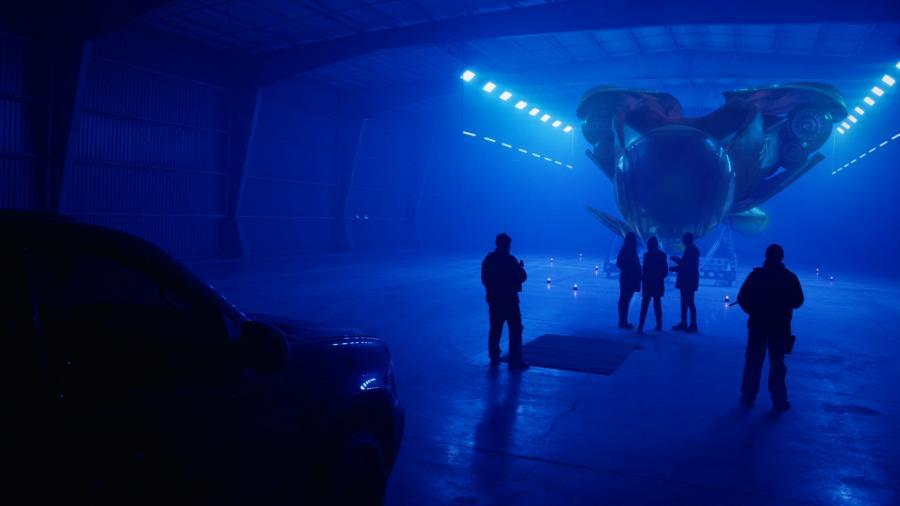 Космический корабль пришельцев в свете ультрафиолетовых ламп