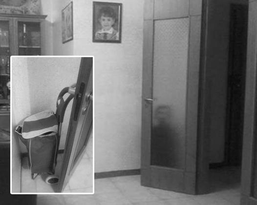El propietario de este apartamento es muy asustado cuando vio la silueta de un niño, justo detrás de la puerta de cristal, pero esto se encontraba la bolsa. Traducido del servicio de «Yandex.Traductor»