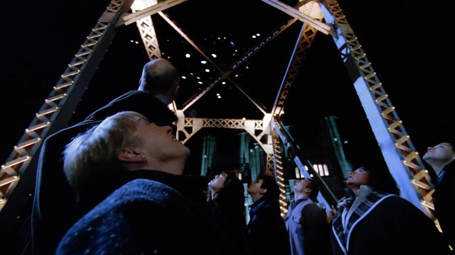 Космический корабль пришельцев над мостом