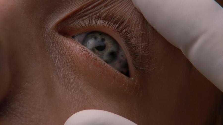 Инопланетный организм в глазах женщины