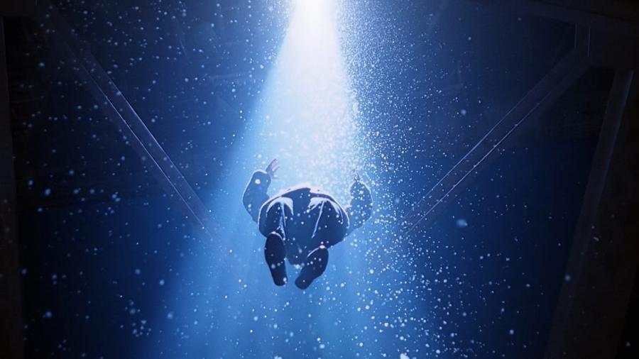 Луч из нижней части НЛО поднимает женщину