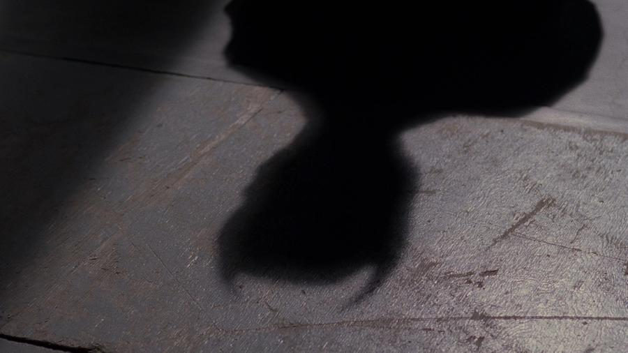Тень человека с рогами (у самого человека рога не видны)
