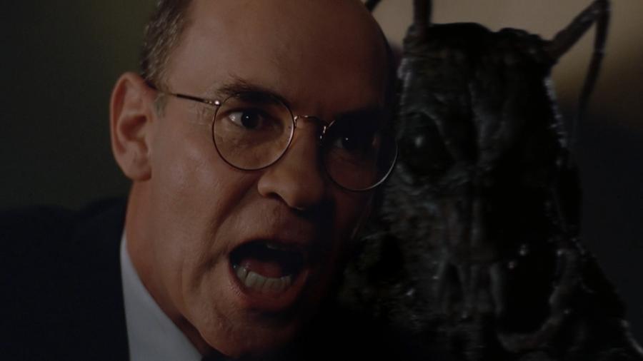 Насекомоподобный монстр собирается напасть на Скиннера