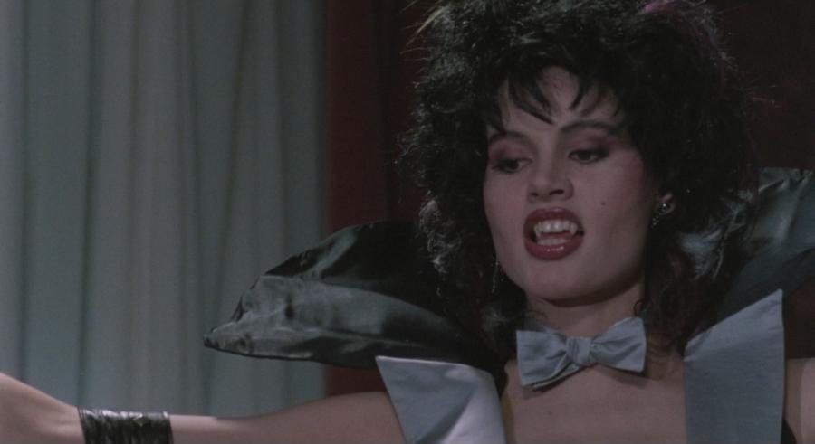 Una mujer que se hace pasar por un vampiro(colmillos)