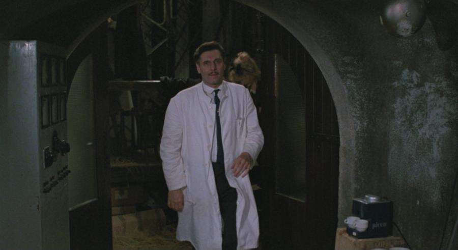Profesor fuera del laboratorio mantiene la cordura