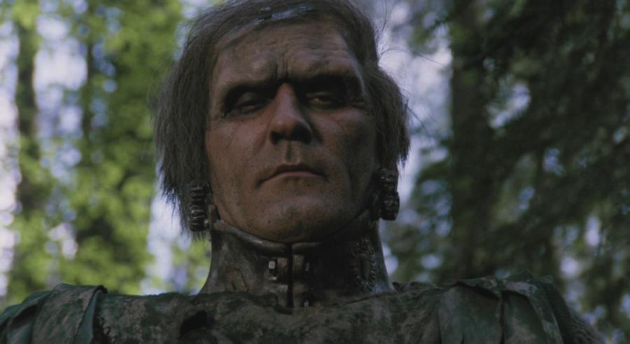 Un hombre que sobrevivió a un accidente automovilístico (los lugareños lo consideran un monstruo de Frankenstein)